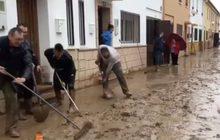 ชาวสเปนช่วยกันทำความสะอาดพื้นที่น้ำท่วมขัง