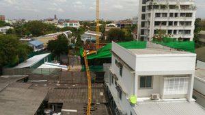 เครนก่อสร้างอาคารสูง 5 ชั้น ร่วงทะลุหลังคาบ้านประชาชน เจ็บ 2