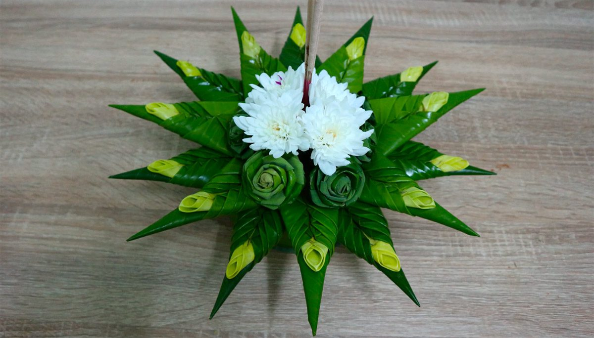 กระทงใบตอง ตกแต่งด้วยดอกเบญจมาศไทยสีขาว