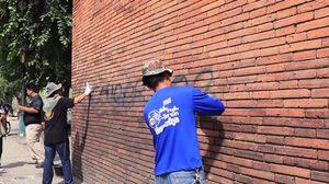 คลิปนักท่องเที่ยวมือบอน พ่นสีประตูท่าแพ กรมศิลป์แจ้งความเอาผิด – เข้าลบแล้ว
