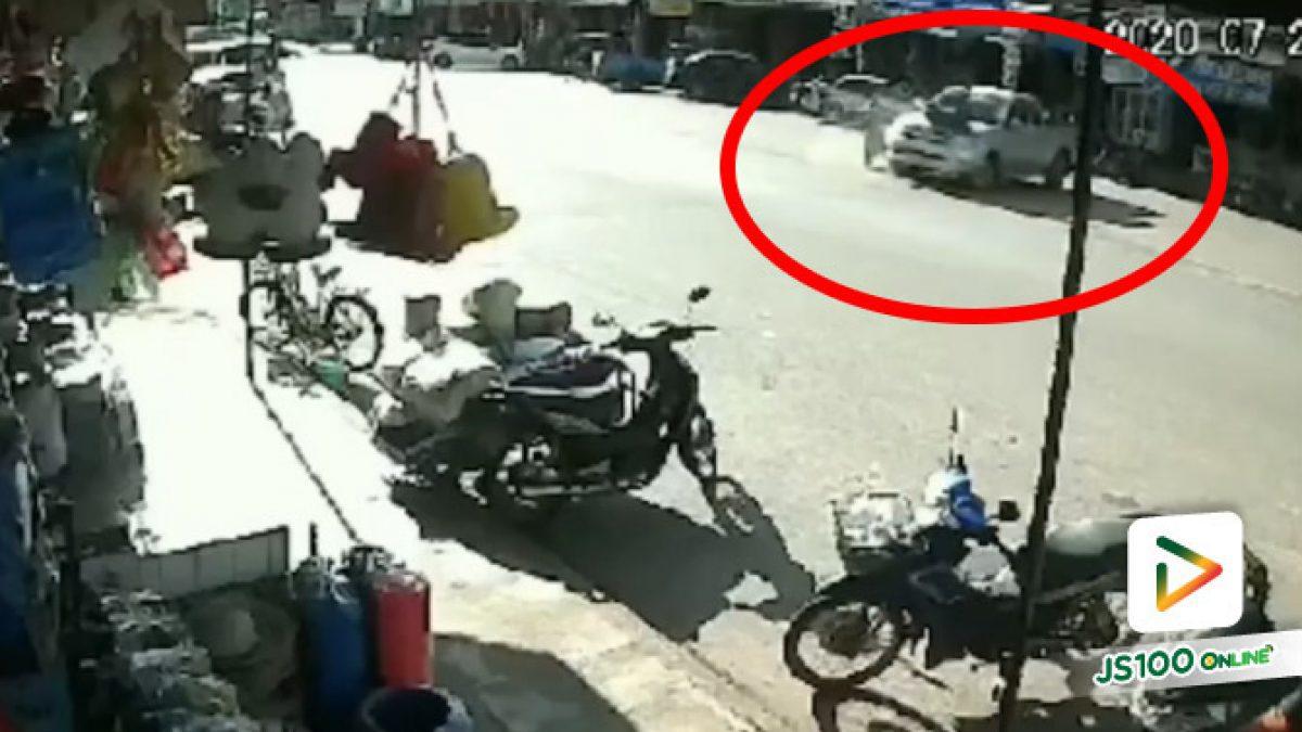 ปิคอัพเลี้ยวกลับรถตัดหน้ารถจยย. พุ่งชนอย่างจัง ร่างกระเด็นค้างฝากระโปรงรถ