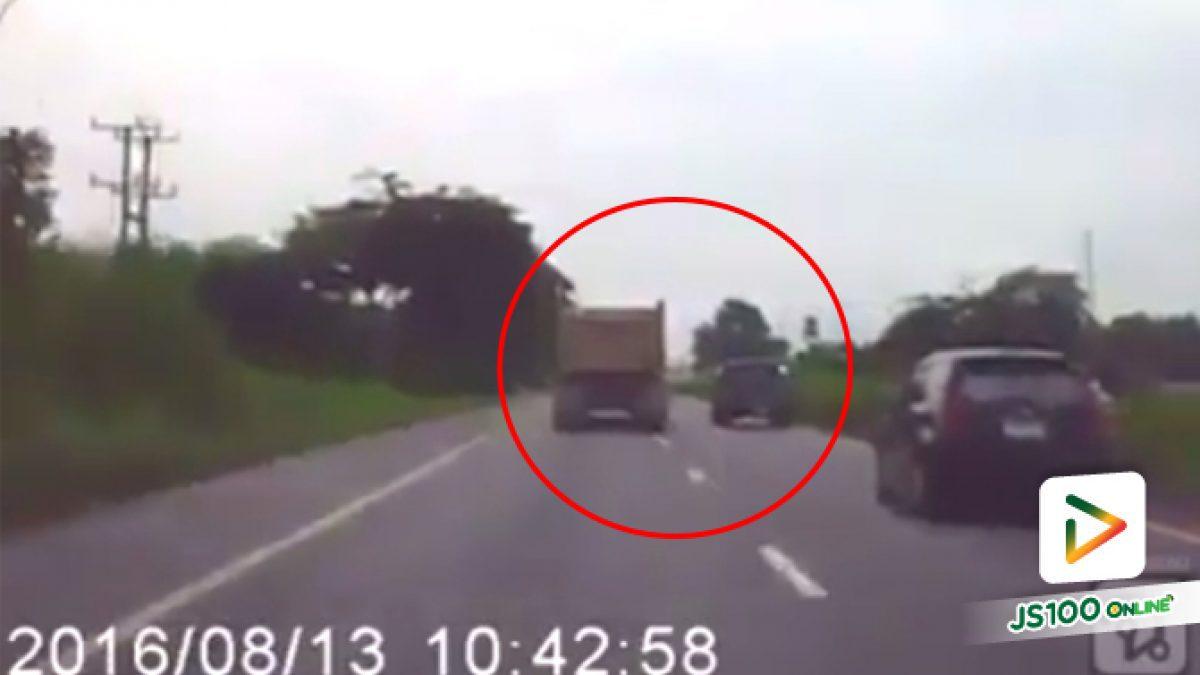 คลิปนาทีรถบรรทุกเบียดกระบะตกข้างทาง (17-05-61)