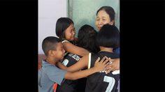 บีบหัวใจ! เด็กๆ ร่ำไห้โผกอดครู เพื่ออำลาในวันเกษียณ หลังสอนมานานถึง 19 ปี
