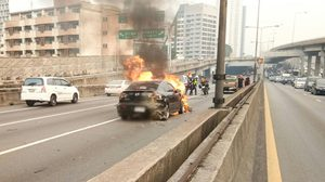 รถชนกันสนั่นบนทางด่วน พังยับ 5 คัน ไฟลุกท่วม สาวท้องเจ็บ 1
