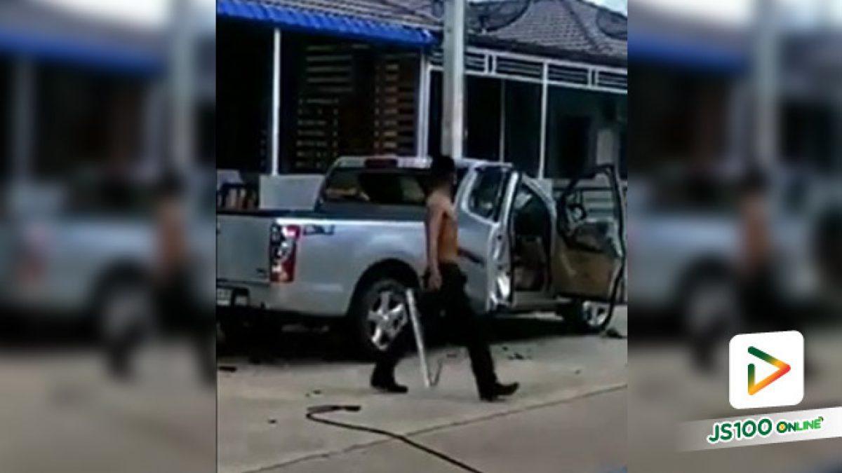 เอากุญแจรถมา!! ชายหัวร้อนคล้ายคนเมาอาละวาดหนัก ใช้แท่งเหล็กทุบรถตัวเอง พังยับ