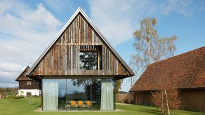 แบบบ้าน หลังคาทรงจั่วสูง เปลี่ยน โรงนาเก่า ให้กลายเป็น บ้านแสนสวย