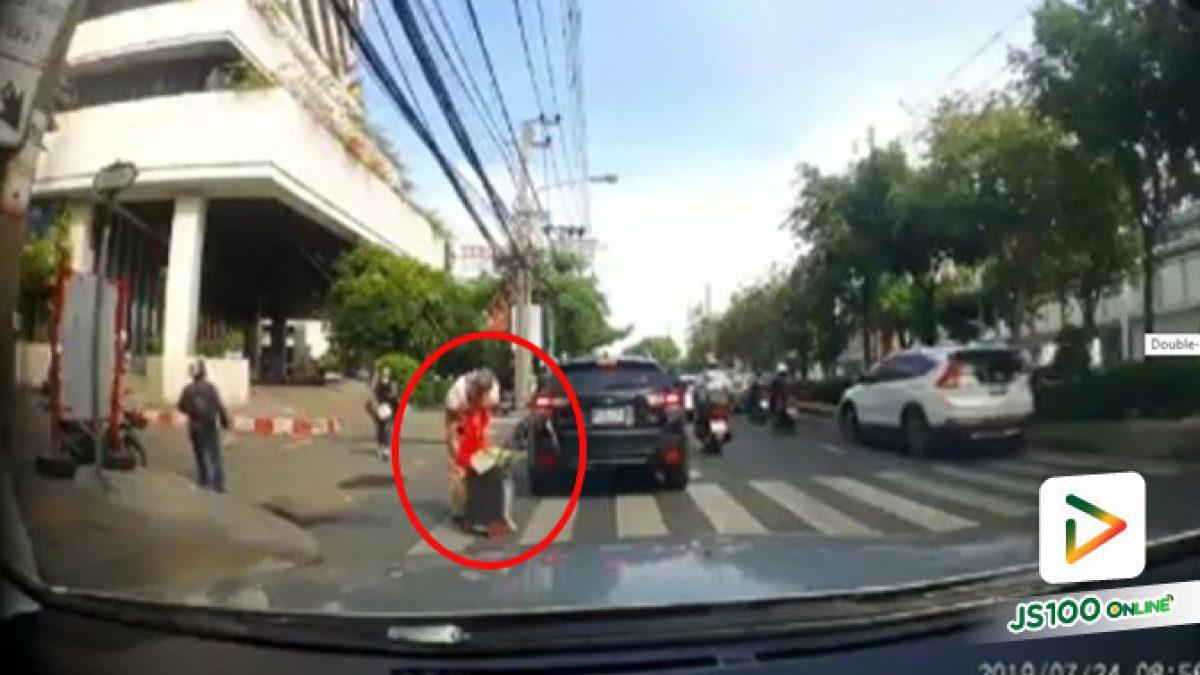 ชายสูงวัยยกมือขอบคุณรถยนต์ทุกคันที่มีน้ำใจหยุดรถให้ข้ามถนน (24/07/2019)