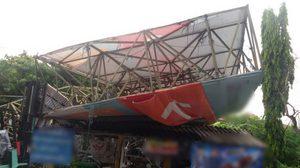 ป้ายโฆษณาล้มทับบ้านประชาชนใน ซ.สวนผัก 32 โชคดีไร้เจ็บตาย