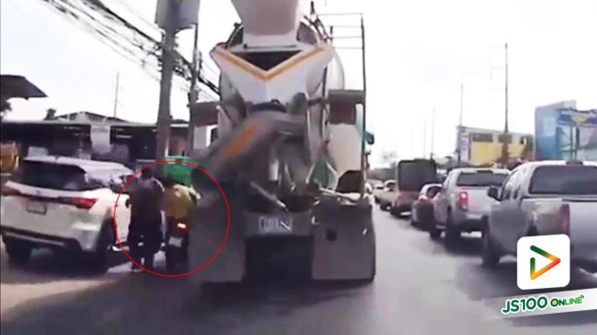 สยอง! จยย.มุดแซงซ้าย ลื่นน้ำชนคนเดินข้างทาง ก่อนล้มถูกรถปูนทับดับคาที่