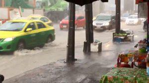 มาแล้ว!! ฝนถล่มกรุงฯ บางจุดมีน้ำท่วมขัง จราจรเคลื่อนตัวช้า