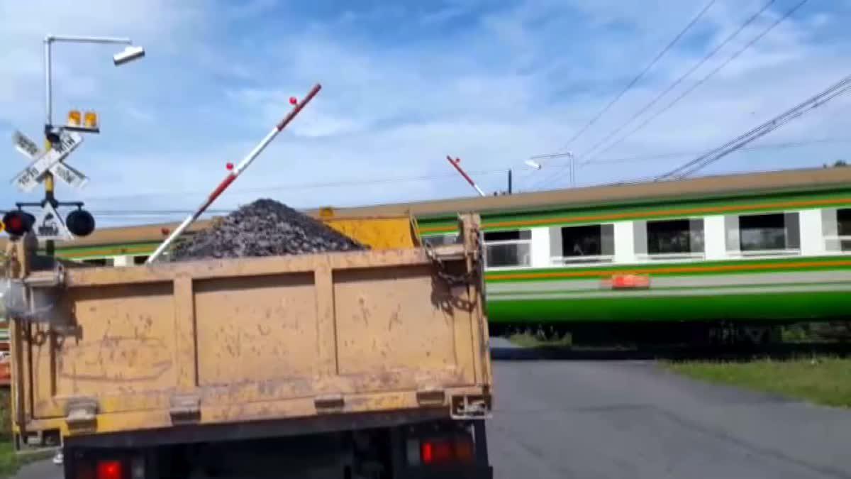 เผยคลิป!! ไม้กั้นรถไฟทำงานผิดพลาด 6 ล้อเบรกหัวทิ่มหวิดโดนขยี้