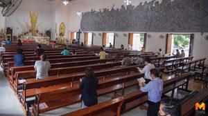 คริสตศาสนิกชนเข้าร่วม พิธีมิสซา ด้วยการเว้นระยะห่าง (Social Distancing)