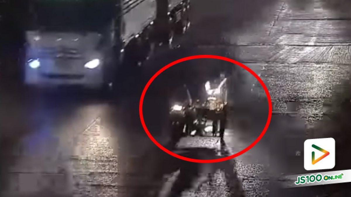 จยย.ซิ่งพุ่งชนจยย.พวงข้างจนกระเด็นใส่รถบรรทุก แล้วหลบหนีไปดื้อๆ (07/06/2021)