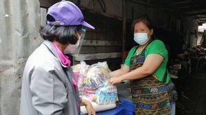 กทม.มอบยา-ถุงยังชีพช่วยเหลือครอบครัวในชุมชนวัดใต้ อ่อนนุช 3 ติดเชื้อโควิด-19 พร้อมติดตามอาการอย่างใกล้ชิด