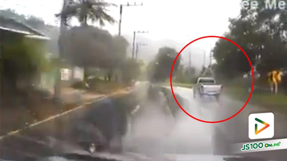 อุทาหรณ์!! กระบะขับฝ่าสายฝน เจอน้ำขัง เสียหลักหมุนลงข้างทาง (11-04-61)