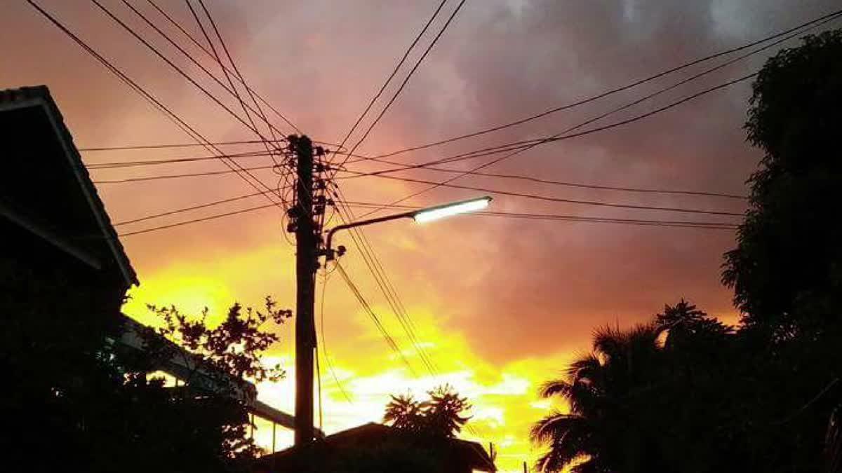 ชาวบ้านพะเยาตะลึง! พบท้องฟ้าเป็นสีเพลิงหลังพายุพัดถล่ม