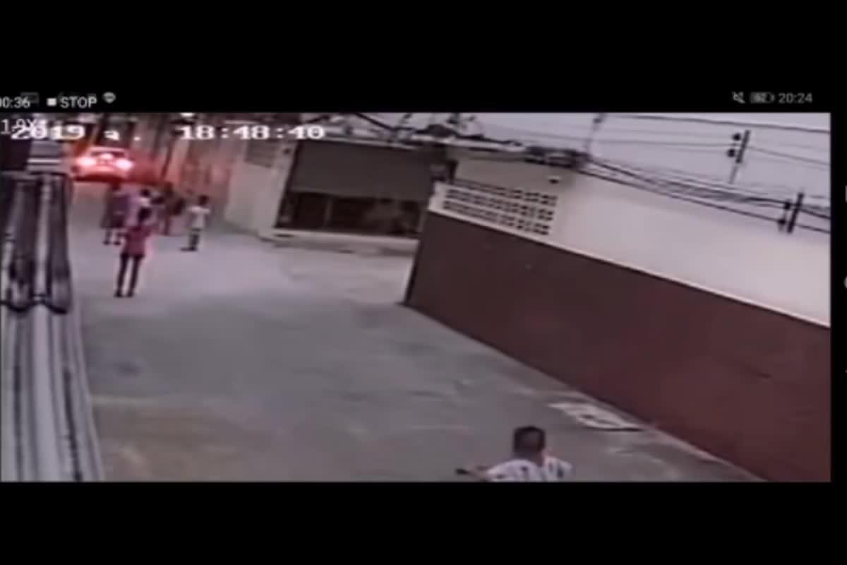 อุทาหรณ์สำหรับผู้ปกครองที่มีลูกเล็กปล่อยเล่นกลางถนน ถูกรถเก๋งขับทับบาดเจ็บ (16/08/62)