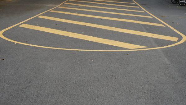 เส้นทเเยงสีเหลือง เครื่องหมายจราจร