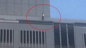 ระทึกกลางเมือง! ชายไม่สวมเสื้อ เดินอยู่บนตึก 10 ชั้น ย่านราชดำริ