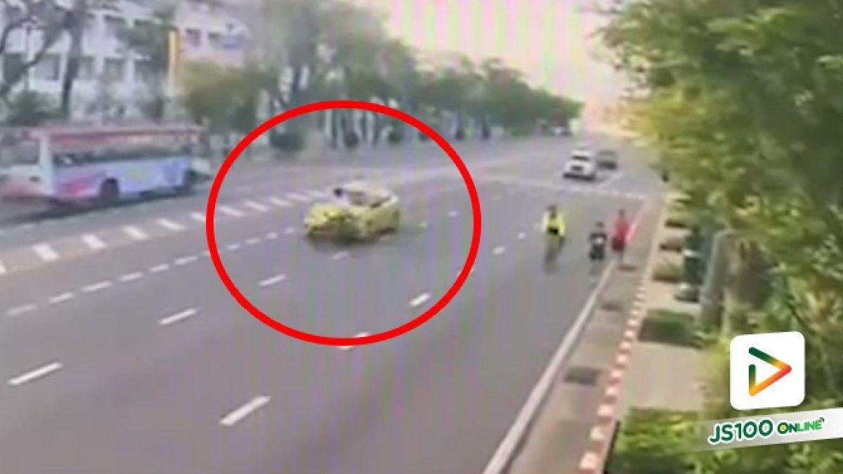 จักรยานปั่นข้ามถนนตัดหน้า แท็กซี่เบรคไม่ทันชนเต็มๆ เสียชีวิต