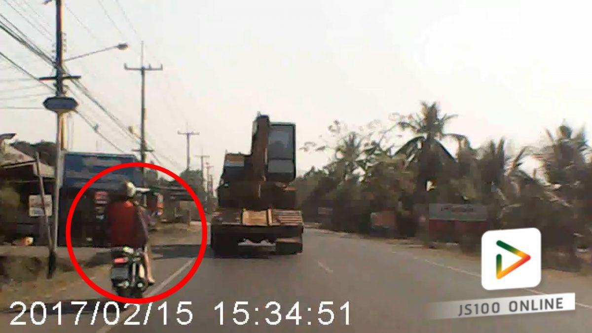 คลิปรถจยยชนกับรถบรรทุก..ระวัง!! อย่าอยู่มุมอับสายตา...(15-02-61)