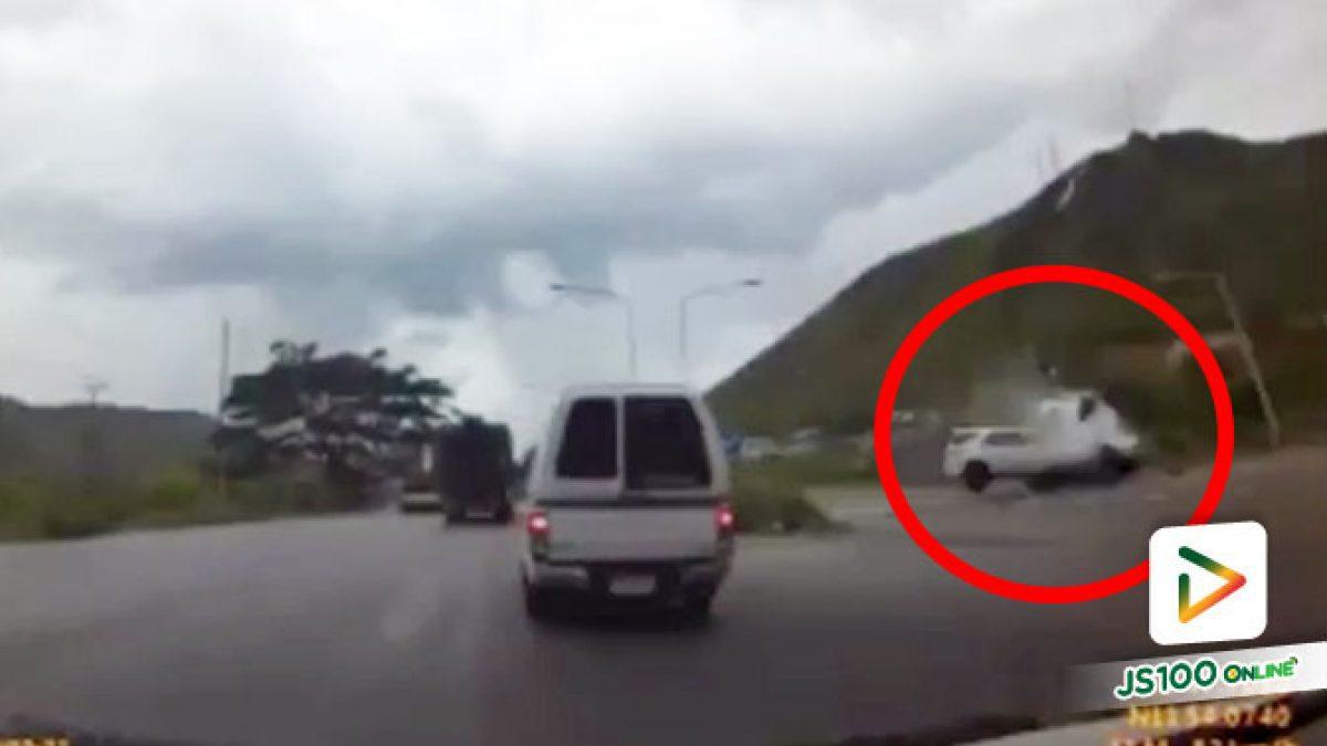 ปิคอัพเปลี่ยนเลนตกใจรถบรรทุก หักหลบข้ามไปถนนอีกฝั่ง ถูกรถ SUV พุ่งชน (16/06/2020)