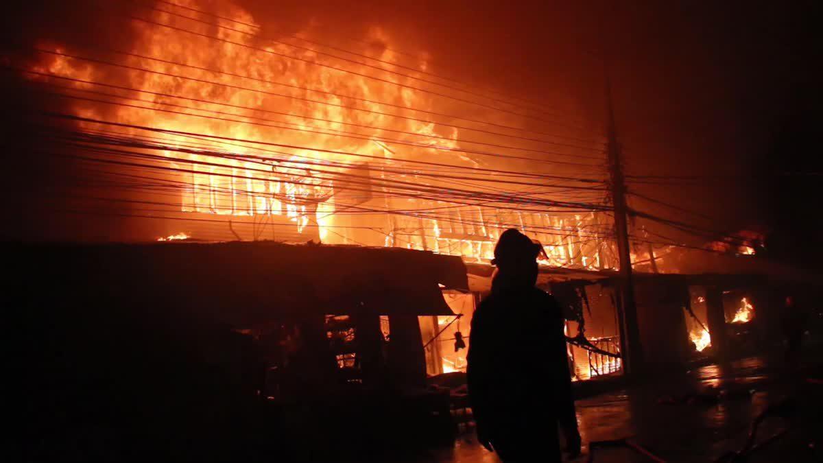 ไฟไหม้ห้องแถวตลาดสดเทศบาล 3 จ.ศรีสะเกษ วอด 13 คูหา