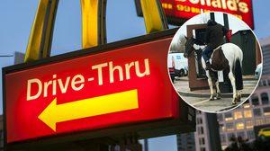 ว่าไงออเจ้า!! หนุ่มอังกฤษสุดห้าว ควบ ม้า เข้าไปสั่ง McDonald's ผ่านบริการไดร์ฟทรู