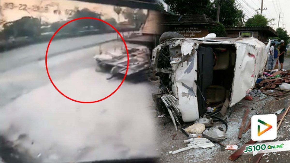 วินาทีระทึกรถตู้รับส่งนักเรียนเสียหลักพุ่งชนร้านค้าไม้เก่า ย่านรังสิต-นครนายก (23-03-61)