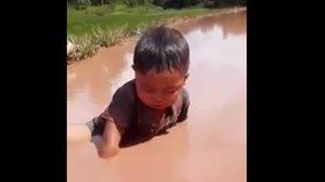 ไม่ฮา! ชาวเน็ตจวกผู้ปกครองเละ เหตุปล่อยเด็กนั่งสัปหงกจนหน้าทิ่มเกือบจมน้ำ