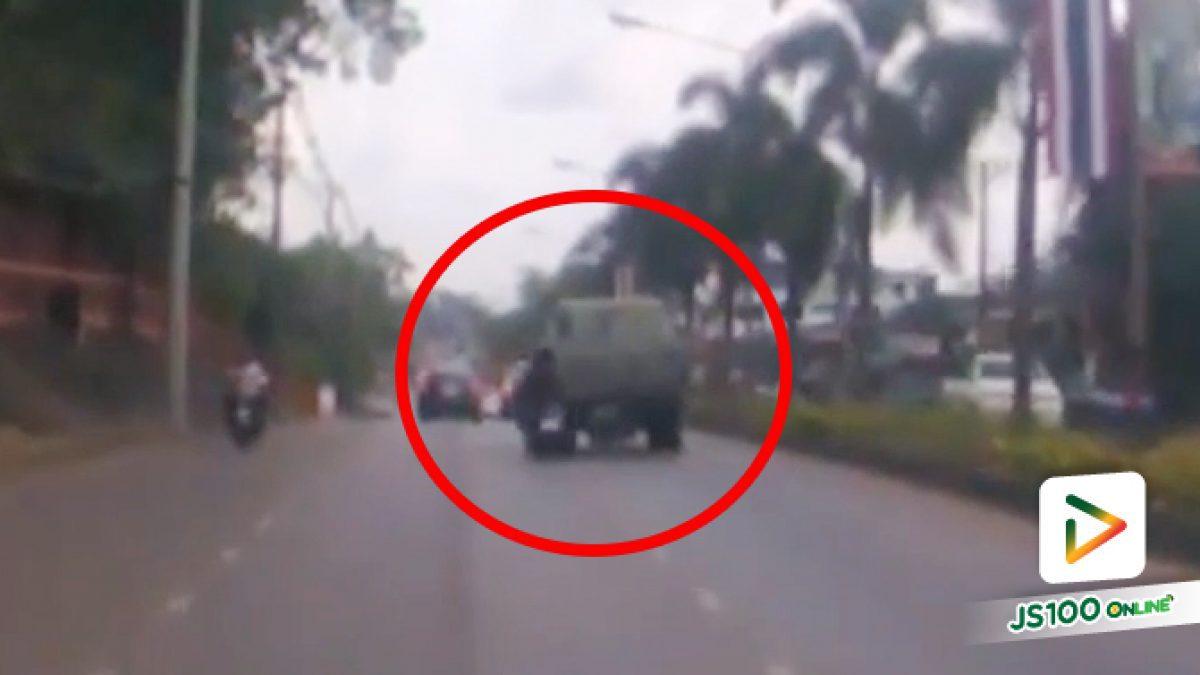 รถบรรทุกเปลี่ยนเลนเข้าด่านตรวจ อ.เมือง จ.จันทบุรี จยย.ขี่ตามหลังหักหลบไม่พ้น เสียชีวิต 2 คน