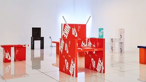 Gyu Han Lee ศิลปินชาวเกาหลีใต้ จัดนิทรรศการเก้าอี้จากกล่องรองเท้า Nike