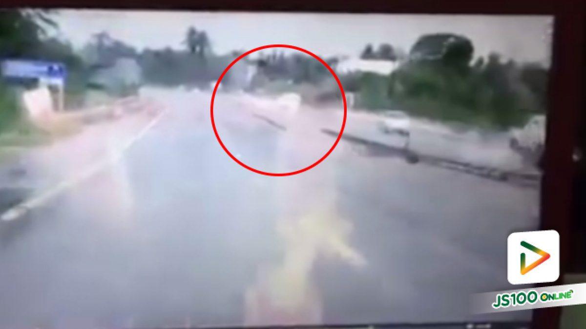 คลิปอุทาหรณ์ฝนตกน้ำท่วมขังถนนลื่นต้องระวัง (04-04-61)