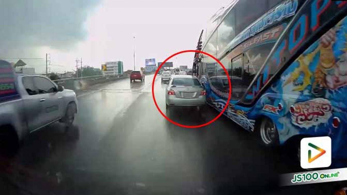 คนขับเก๋งเป็นอะไร?! ขับส่ายไปมา ก่อนสอยกระจกมองข้างรถบัสแตกกระจาย