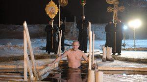วลาดิเมียร์ ปูติน โชว์ความแกร่ง ถอดเสื้อลงไปแช่ในน้ำบ่อน้ำแข็งอันหนาวเหน็บ