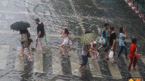 ทั่วทุกภาคของประเทศไทยมีฝนตกหนาแน่น เตือน! ระวังอันตรายจากฝนตกหนัก