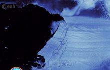 """""""โลกร้อน"""" ทำให้แผ่นน้ำแข็งยักษ์หลุดจากธารน้ำแข็ง"""