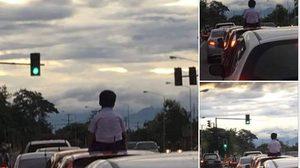 ตร.สั่งปรับแล้ว เจ้าของรถ ปล่อยเด็กนั่งบนหลังคารถขณะวิ่ง