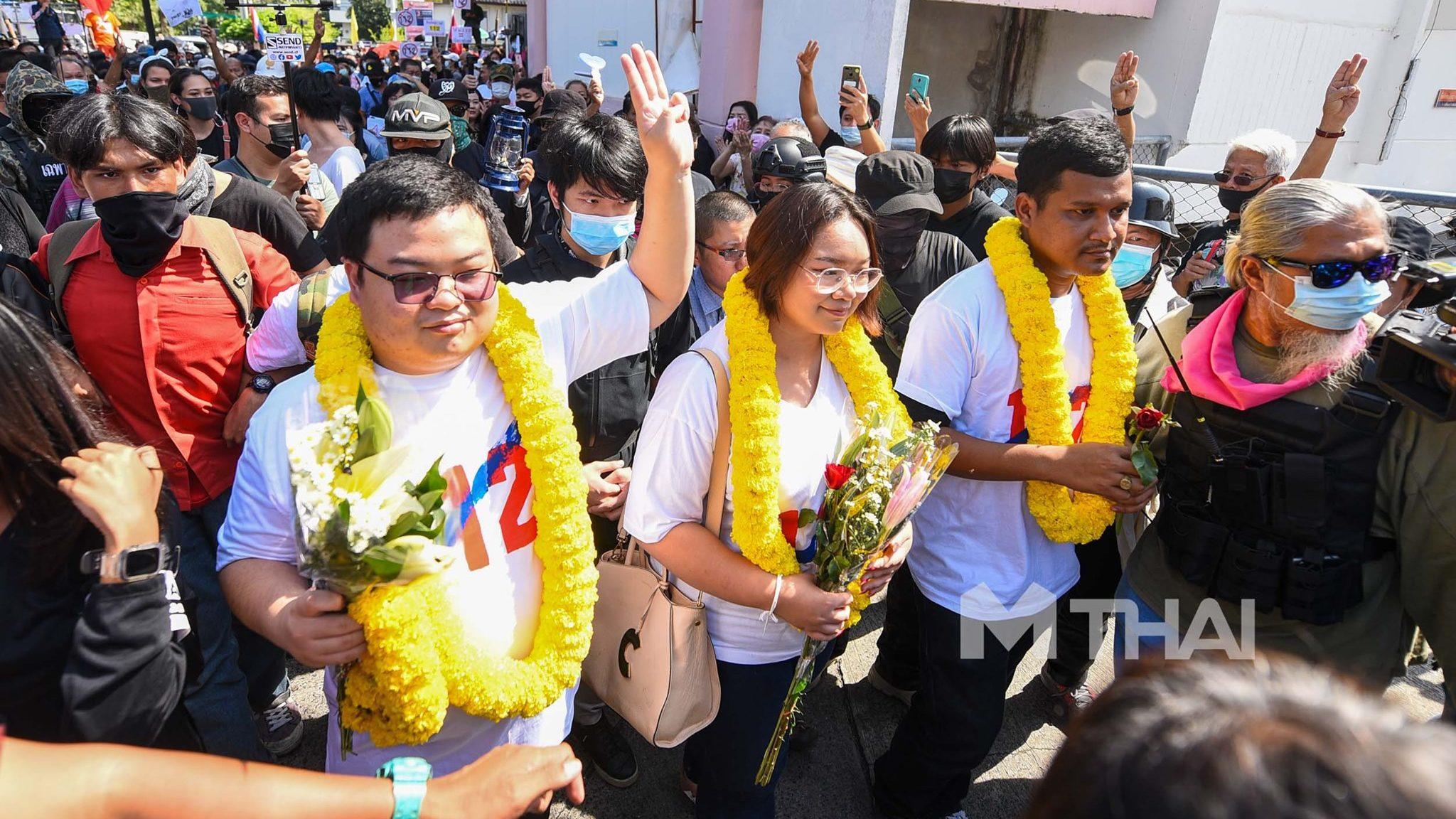 เพนกวิน-ไมค์-รุ้ง-ไบร์ท รับทราบข้อกล่าวหา ม.112 สภ.เมืองนนทบุรี