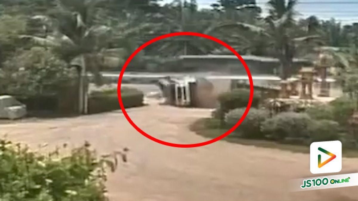 ปิคอัพยางระเบิด ก่อนหมุนคว้างพลิกตีลังกาตกข้างทาง