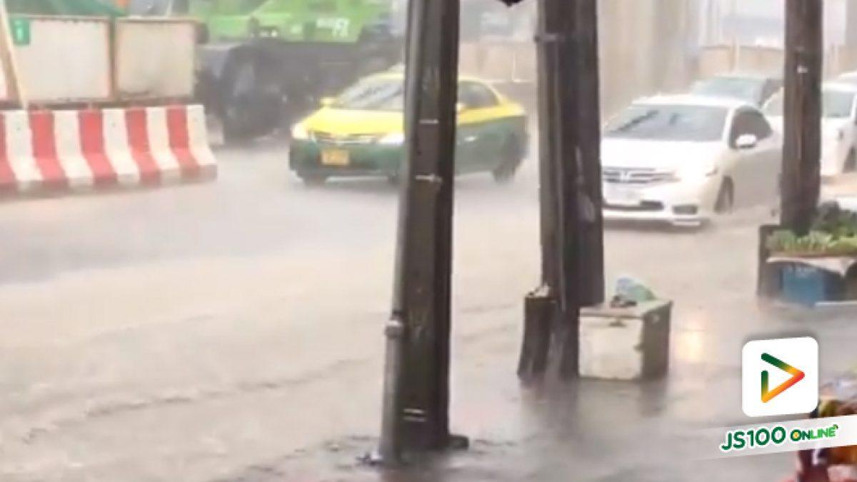 น้ำเริ่มขัง ถนนฝั่งขาเข้า ตรงห้าแยกลาดพร้าว(11-05-61)