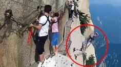 สยอง!! หนุ่มจีนปลดเซฟตี้ระหว่างเดินไต่ริมหน้าผา เขาหัวซาน เพื่อฆ่าตัวตายที่ความสูง 2,000 เมตร