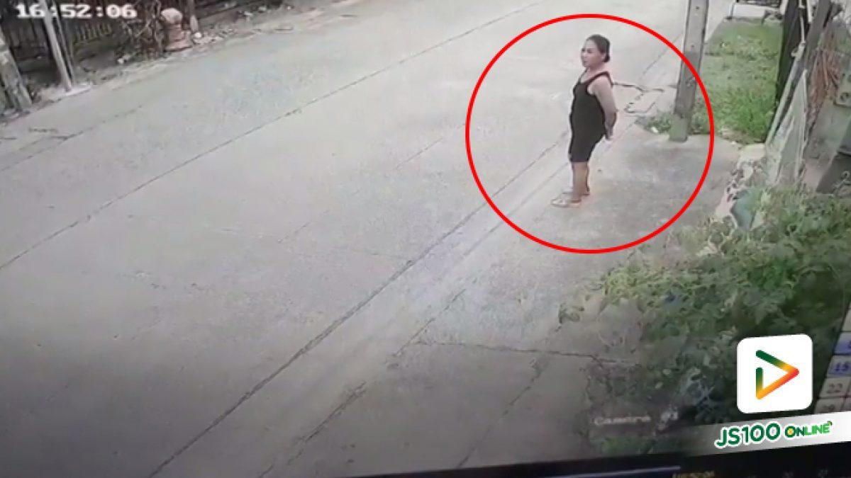 เก๋งพุ่งชนสาวยืนริมถนน (18-07-61)