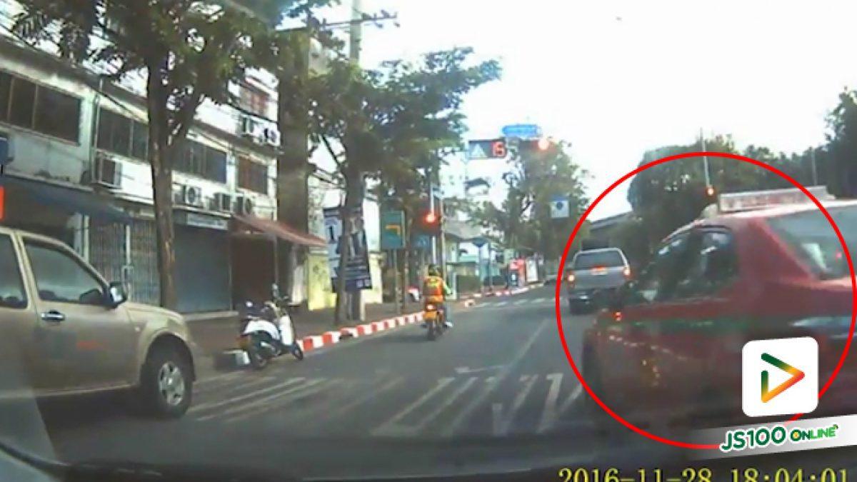 นาทีแท็กซี่ปาดหน้าเฉี่ยวชนกับรถเจ้าของคลิปแล้วขับฝ่าไปแดงหนีไป (20-02-62)