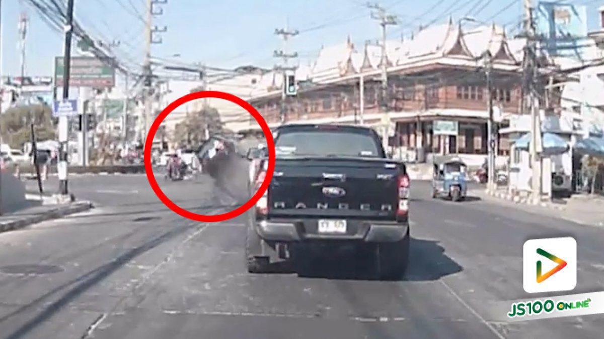 ชนสนั่นเกลื่อนถนน!!! อุบัติเหตุฟอร์จูนเนอร์เลี้ยวกะทันหันชนจยย.และรถยนต์หลายคัน (21/12/62)
