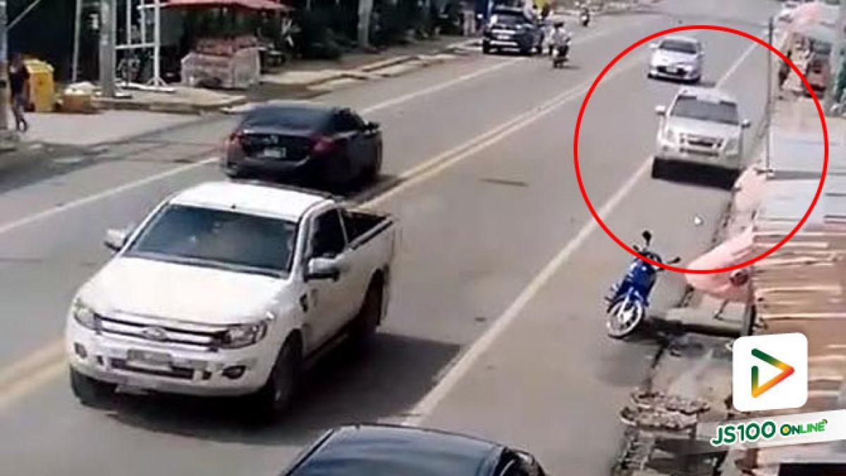 คลิปนาทีกระบะคล้ายหลับในพุ่งเข้าไหล่ทางเกือบชนคนเลยไปชนจยย.ล้ม บริเวณตลาดทับกฤช (25-06-61)