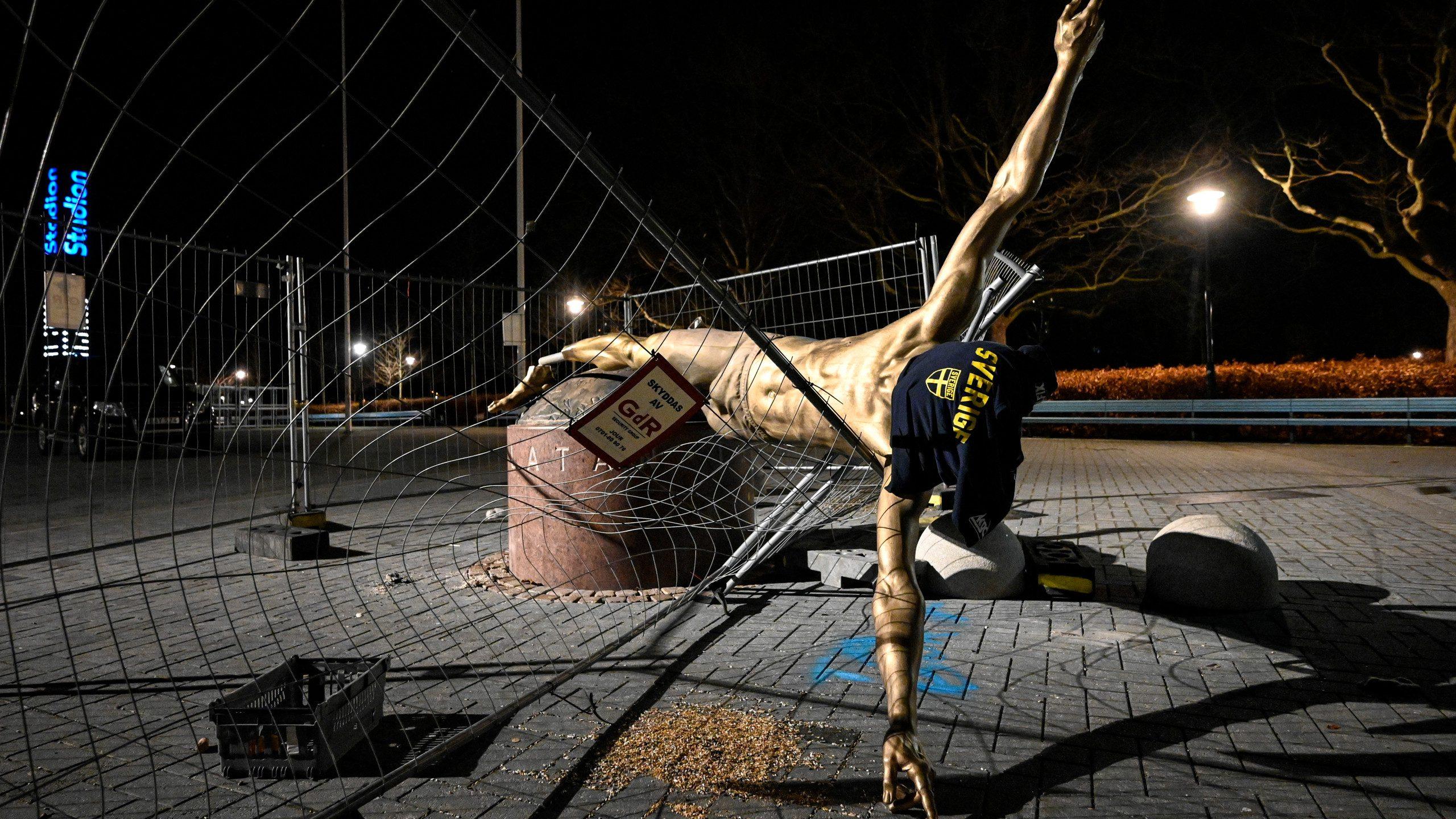 ไม่เหลือซาก!รูปปั้น ซลาตัน ถูกรื้อถอนหลังโดนพังยับ