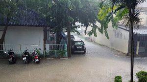 ฝนถล่มกรุง! น้ำท่วมขังหลายจุด-บึ่งกุ่มต้นไม้ทับรถยนต์เสียหาย