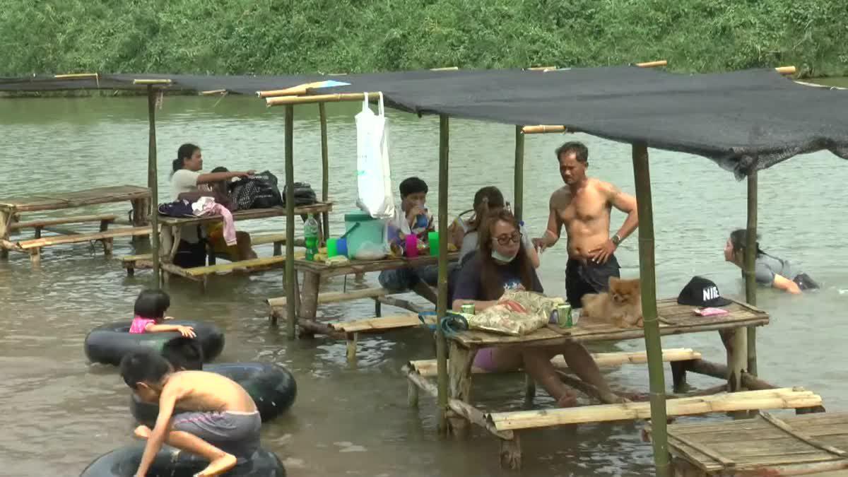 นักท่องเที่ยวแห่เล่นน้ำคลายร้อน เที่ยวชมแก่งหลวงแม่น้ำยม