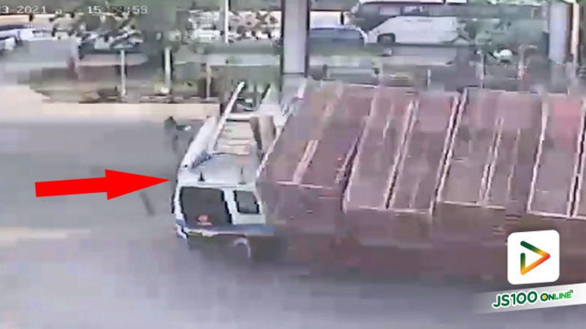 รถบรรทุกเบรคแตก! หลบเข้าปั๊มน้ำมัน ก่อนตัดสินใจหักให้รถเสียหลักพลิกตะแคง